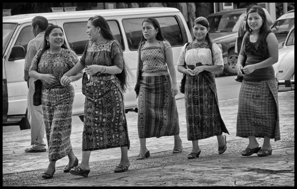 TAPACHULA, CHIAPAS. 04 DE MAYO DE 2014. Mujeres guatemaltecas se reunen en la plaza central de Tapachula, Chiapas los dias domingo para encontrar trabajo en hogares de este lugar. Foto: Moyses Zuniga Santiago