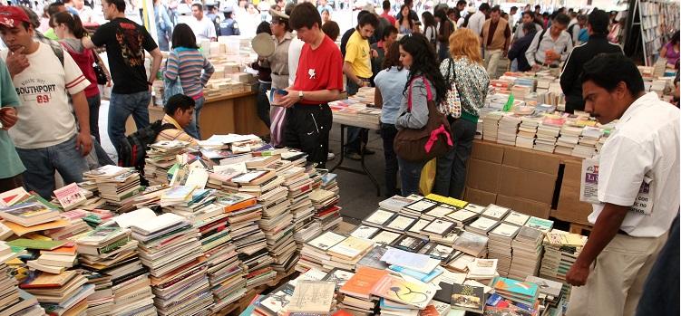 24FERIA * 17 OCTUBRE 2009 * FOTO: ALMA RODIRGUEZ AYALA * CIUDAD *  ASPECTO DE LA FERIA DEL LIBRO QUE REGRESO A LA PLANCHA LUEGO DE LA MARCHA DEL SME EL PASADO JUEVES.
