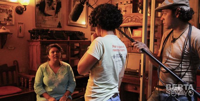 Berta Cáceres y Katia Lara durante el rodaje del documental
