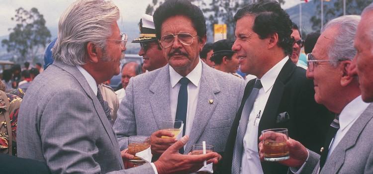 P9C37H6F18 Ing. Le—n Febres Cordero, presidente de la Repœblica del Ecuador y Gustavo Herdo'za, Alcalde de Quito Fecha: 1988 Foto: Archivo El Comercio Editado: Guillermo Corral
