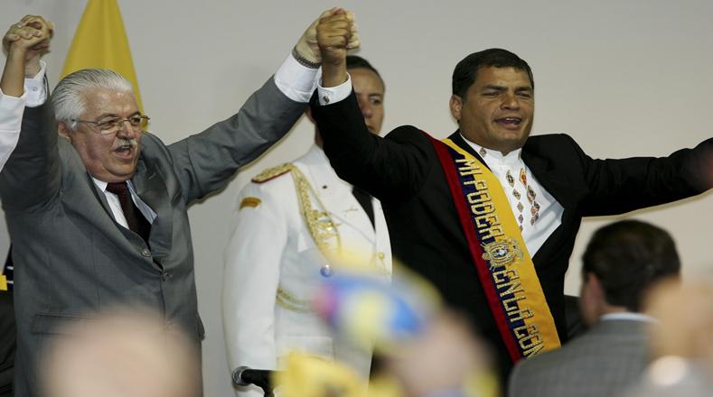 El presidente de la Asamblea Constituyente de Ecuador, Fernando Cordero (i), levanta las manos junto al presidente de ese país, Rafael Correa en la ceremonia de clausura de la Asamblea