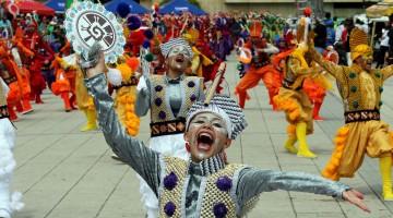 """PST07. PASTO (COLOMBIA), 03/01/2018.- Participantes del """"Desfile de Colectivos Coreográficos"""" recorren la senda deleitando a turistas y residentes durante el Carnaval de Negros y Blancos hoy, miércoles 3 de enero de 2018, en Pasto (Colombia). El carnaval se extiende hasta el 6 de enero. EFE/Mauricio Dueñas Castañeda"""