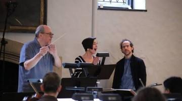 La mezzosoprano Kelley O'Connor interpreta versos de la argentina Alfonsina Storni, con la orquesta de St. Luke's, en Nueva York, dirigida por Robert Spano (de batuta), con música de Bryce Dessner (de barba), integrante de la banda de rock The National (imagen tomada del Facebook de la orquesta)